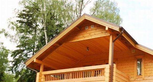 Naturalne wykończenie dachu – podbitka dachowa ze świerku skandynawskiego