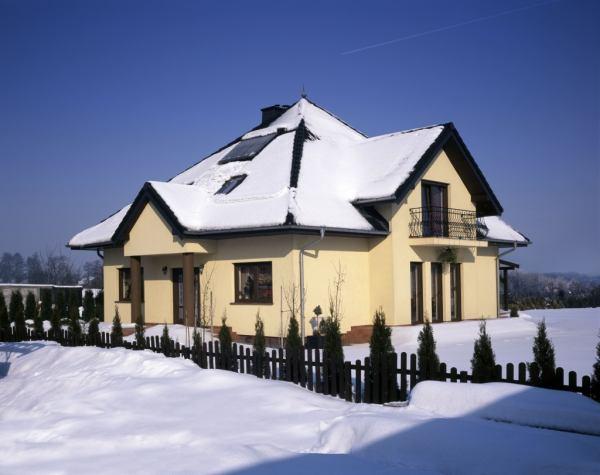 Jak odśnieżać, by nie uszkodzić dachu?