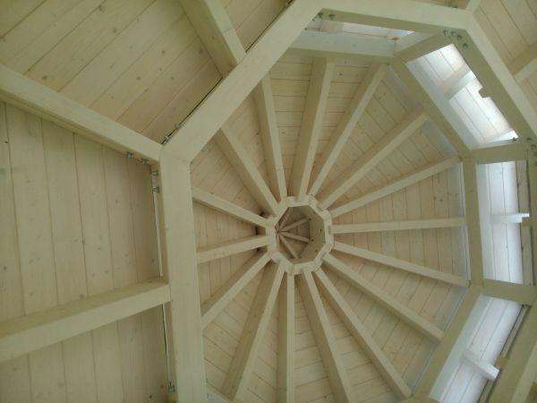 Atrakcyjna i trwała drewniana podbitka dachowa